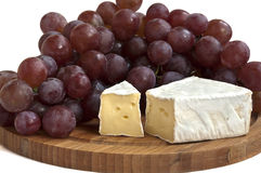 Camembert τυρί με τα σταφύλια Στοκ φωτογραφία με δικαίωμα ελεύθερης χρήσης