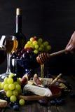 Camembert τυρί με τα σύκα, το μέλι και το κρασί Στοκ Φωτογραφία