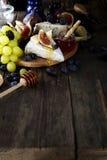 Camembert τυρί με τα σύκα, το μέλι και το κρασί Στοκ Φωτογραφίες