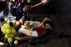 Camembert τυρί με τα σύκα, το μέλι και το κρασί Στοκ εικόνες με δικαίωμα ελεύθερης χρήσης