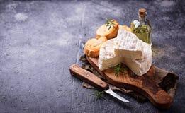 Camembert τυρί με το δεντρολίβανο στον ξύλινο πίνακα Στοκ εικόνα με δικαίωμα ελεύθερης χρήσης