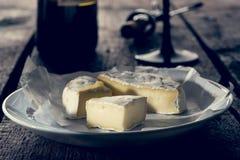 Camembert τυρί στο πιάτο Στοκ φωτογραφίες με δικαίωμα ελεύθερης χρήσης
