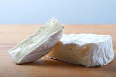 Camembert auf hölzernem Brett stockbild