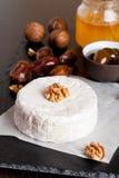Camembert avec du miel, des dates et des écrous sur le fond foncé Images stock