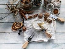 Camembert bianco del formaggio a pasta molle su fondo di legno immagini stock