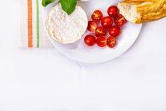 Camembert, bröd och tomater på en platta Fotografering för Bildbyråer