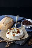 Camembert cocido con las cebollas caramelizadas Fotografía de archivo