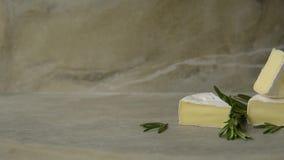 Camembert com alecrins video estoque
