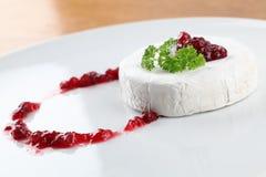 Camembert com atolamento da airela Fotografia de Stock