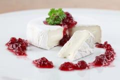 Camembert com atolamento da airela Imagem de Stock Royalty Free