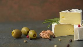 Camembert com azeitonas vídeos de arquivo