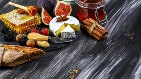 Camembert com figos e pedra de afiar bandeja do queijo, petiscos, na tabela de madeira velha Vista superior Copie o espa?o imagem de stock