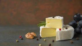 Camembert com uvas video estoque