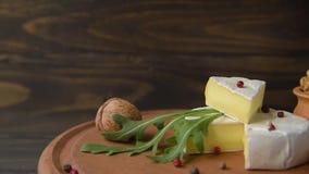 Camembert con arugula almacen de metraje de vídeo