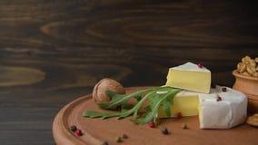 Camembert con arugula almacen de video