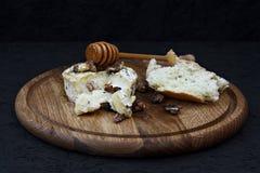 Camembert con la miel y las hierbas fotografía de archivo