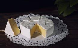 Camembert con la muffa bianca nobile Formaggio squisito Immagine Stock
