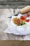 Camembert con las nueces y la miel Fotografía de archivo