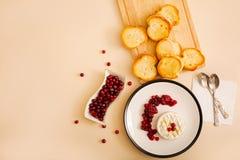 Camembert cozido com arandos e pão brindado Vista superior Imagem de Stock