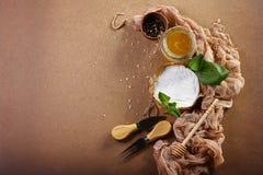 Camembert- eller brieostcirkel i brunt dekorerat kraft papper, kryddor och honung, ostportionkniv, trasigt tyg, bästa sikt im Royaltyfria Bilder