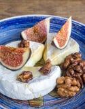 Camembert, figues et noix Photo libre de droits