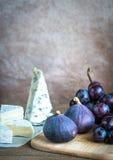Camembert, figues et raisins Images stock