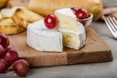 Camembert frais des fermes organiques photographie stock