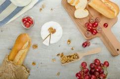 Camembert frais des fermes organiques images stock