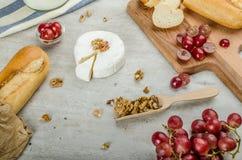 Camembert fresco dalle aziende agricole organiche fotografia stock libera da diritti
