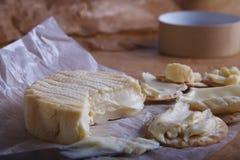 Camembert-Käse und Cracker Stockbild