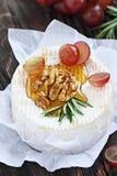 Camembert med valnötter och honung Fotografering för Bildbyråer