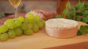 Camembert mit Weißwein, Trauben und Brot stock video