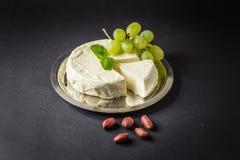 Camembert op de Plaat met Druif, Pinda's en Munt stock foto