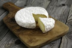 Camembert ou brie savoureux mûr de fromage sur une planche à découper Photos libres de droits