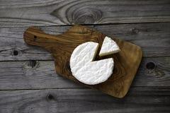 Camembert ou brie savoureux mûr de fromage sur une planche à découper sur un vieux Images stock