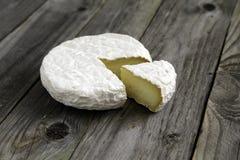 Camembert ou brie savoureux mûr de fromage sur une vieille table de planche Photos libres de droits