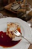 Camembert relleno pacana con la salsa de vino picante Imágenes de archivo libres de regalías