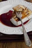 Camembert relleno pacana con la salsa de vino picante Imagenes de archivo