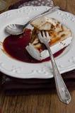 Camembert relleno pacana con la salsa de vino picante Imagen de archivo