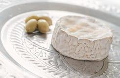 Camembert sur le plateau avec des olives Photo libre de droits