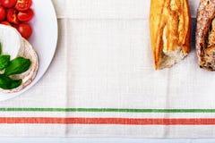 Camembert, tomater och bröd Arkivbild