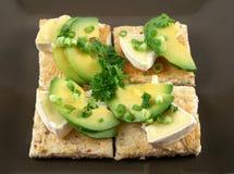 Camembert-und Avocado-Bissen lizenzfreie stockfotografie