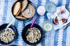 Camembertkäse mit Feigen, Granola, Kekse, Jogurt, Brot, Limonade stockfotografie