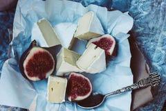 Camembertkäse mit Feigen und Weinleseteelöffel lizenzfreie stockbilder