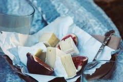 Camembertkäse mit Feigen und Weinleseteelöffel stockfoto
