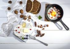 Camembertkaas en een ronde pan met een gebraden kippenei Royalty-vrije Stock Fotografie