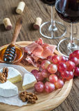 Camembertkaas met glazen rode wijn Stock Foto's