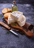 Camembertkaas met rozemarijn op houten raad Royalty-vrije Stock Foto