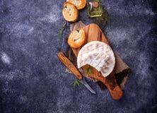 Camembertkaas met rozemarijn op houten raad Stock Afbeelding
