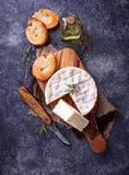 Camembertkaas met rozemarijn op houten raad Stock Foto's